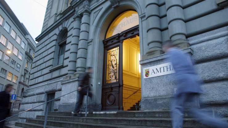Der Eingang des Berner Amthauses, in dem der Mann verurteilt wurde. (Archivbild)