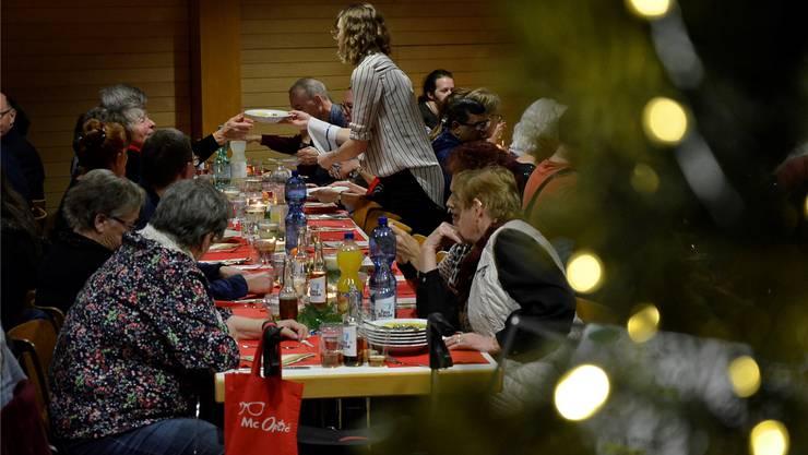 Gäste, Helfer und der Vorstand des Sozialwerks Hope feierten in Wettingen zusammen Weihnachten.DVi