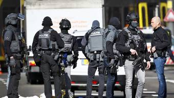 epa07446500 Armed police at the scene where a shooting took place at the 24 Oktoberplace in Utrecht, The Netherlands, 18 March 2019. According to the the Dutch Police, several people have been injured in a shooting on a tram in the central Dutch city of Utrecht. EN EPA/ROBIN VAN LONKHUIJSEN
