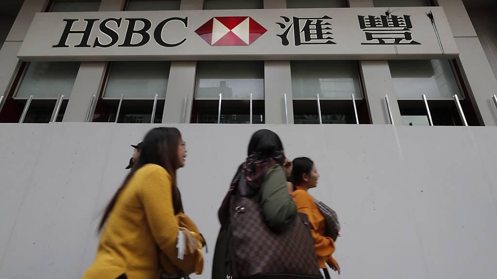 Die britische Grossbank HSBC prüft innerhalb des neuen Sparprogramms den Abbau von bis zu 35 000 Stellen. (Archivbild)