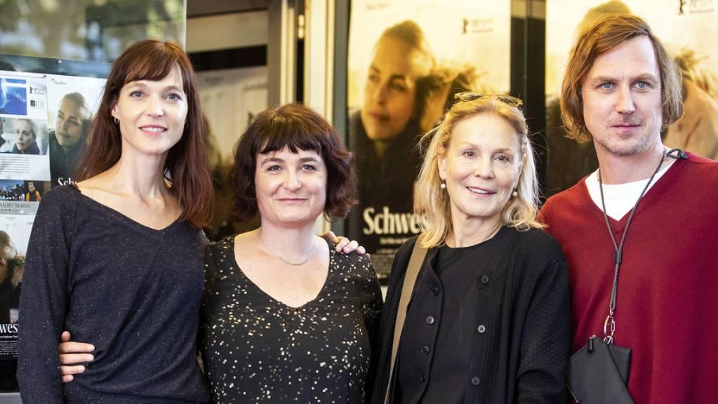 Ihr Film «Schwesterlein» geht am Freitagabend mit sechs Nominationen ins Rennen um den Schweizer Filmpreis 2021: Regisseurinnen Véronique Reymond und Stéphanie Chuat, Schauspielerin Marthe Keller und Hauptdasteller Lars Eidinger (v.l.n.r.)