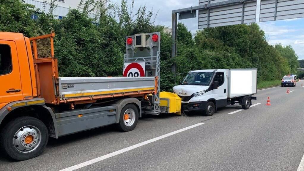 Der Lieferwagen kollidierte mit dem Anpralldämpfer des Lastwagens.