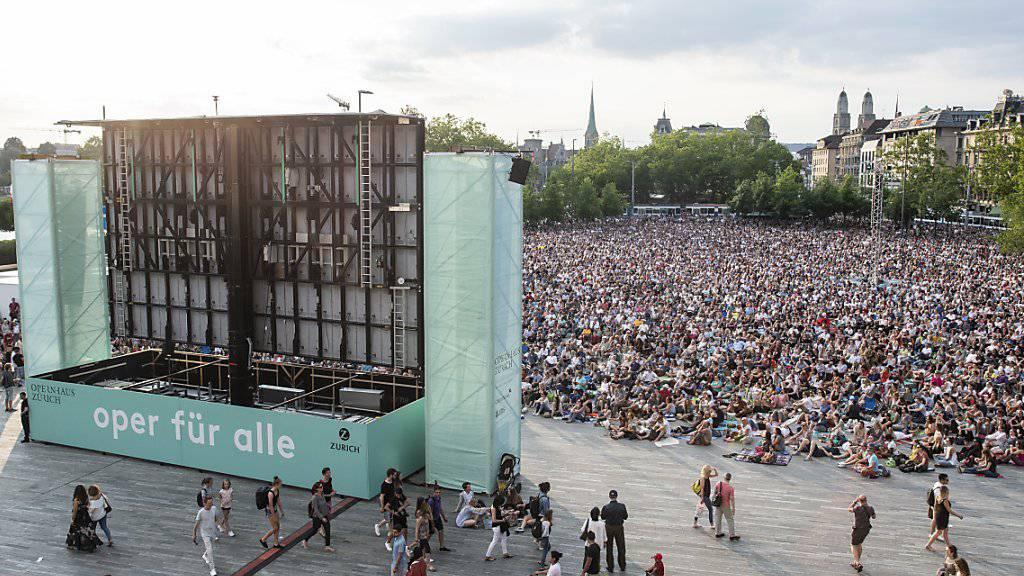 Die Freiluftveranstaltung «Oper für alle» lockte am Samstag über 14'000 Personen auf den Sechseläutenplatz in Zürich.