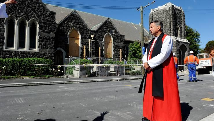 Erzbischoff David Moxon vor der St. Andrew-Kathedrale