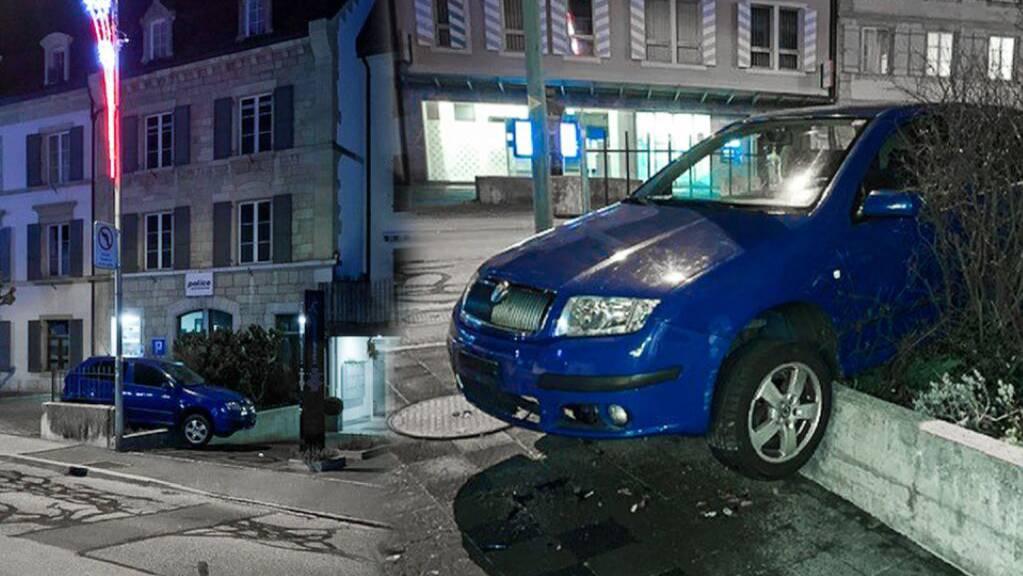 Direkt vor dem Polizeiposten in Boudry NE hat ein alkoholisierter Autolenker seinen Personenwagen aufgebockt.
