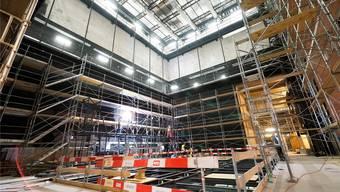 Der grosse Goetheanum-Saal, der über eine hängende Bühne verfügen wird, steht noch voller Gerüste.
