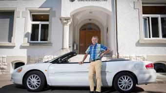 Gemeindeschreiber Rolf Meyer posiert mit seinem Cabriolet: «Am Schluss entdecken sie mich noch in Hollywood.»