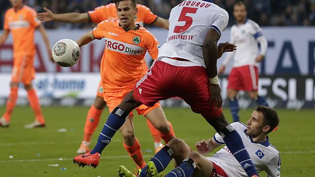 Johan Djourou (Nr. 5) muss mit seinem HSV weiter zittern