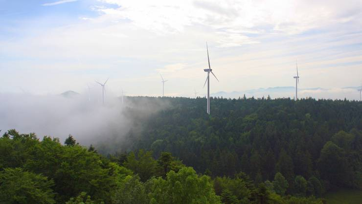 Der geplante Windpark der Basler IWB auf der Challhöchi (Gemeinden Röschenz, Kleinlützel und Burg). Fotomontage: zvg