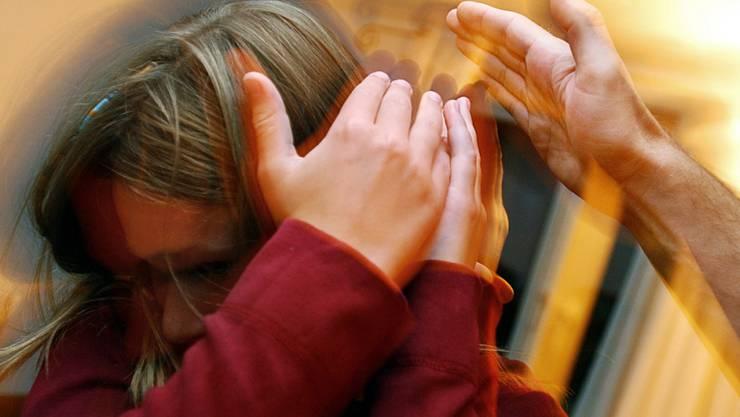 Ohrfeigen und andere Körperstrafen sollten laut Kinderschutz Schweiz in der Erziehung tabu sein. (Gestellte Aufnahme, Archivbild)
