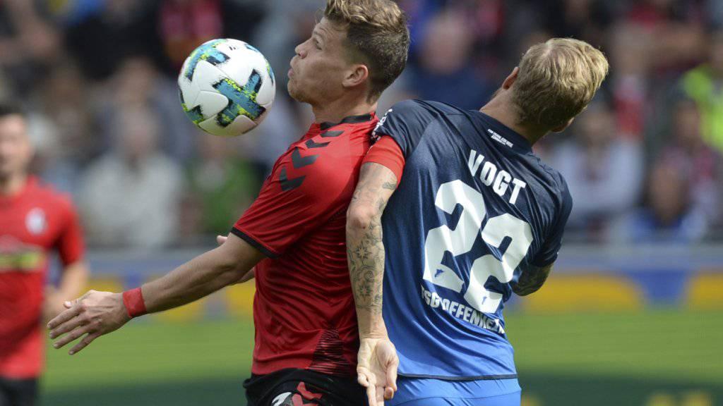 Zweikampf zwischen dem Freiburger Torschützen Niederlechner und Hoffenheims Kevin Vogt