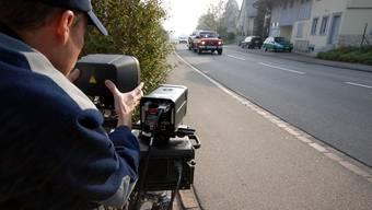 Die Polizei legt die Messstellen für die Geschwindigkeitskontrollen in der Regel nach Absprache mit den Gemeinden fest (Symbolbild).