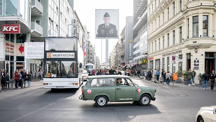 In einem Café nähe des Checkpoint Charlie in Berlin lief am Montagmittag ein Polizeieinsatz. (Archivbild)