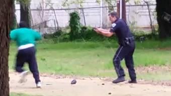 Auf dem Video ist klar zu erkennen, wie Polizist Michael Thomas Slager den flüchtenden Walter Scott erschiesst.