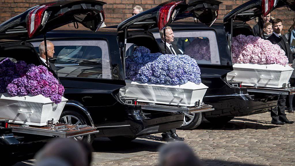 Zwei Wochen nach den Terroranschlägen in Sri Lanka hat die Familie der drei Todesopfer aus Dänemark Abschied von den getöteten Kindern genommen.