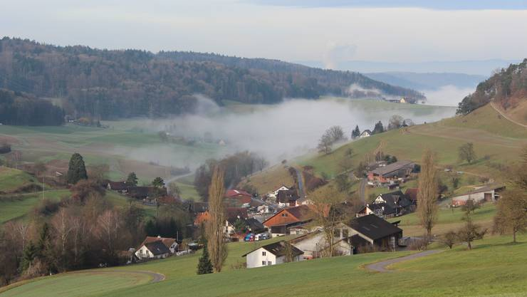 Das idyllisch gelegene Mellstorf, ein Ortsteil von Wislikofen, mit herbstlichen Nebelschleiern.