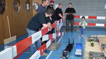 Modellbau-Lastwagenfahrer treffen sich in der Turnhalle Bettwil