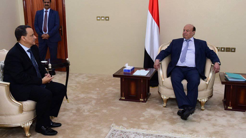 Der  UNO-Sondergesandte Ismail Ould Scheich Ahmed (links) bei Konsultationen mit dem jemenitischen Präsidenten Abd Rabbo Mansur Hadi in Aden. (Archiv)