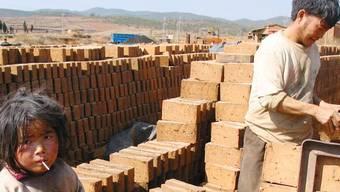 Kinderarbeit in China, wie hier in einer Ziegelei, will die Stadt Lenzburg nicht unterstützen. KEYSTONE