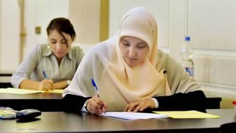 Abwägen: Im Umgang mit religiösen Bedürfnissen steht die Schule im Spannungsfeld von Glaubensfreiheit und Gleichstellung. Imago