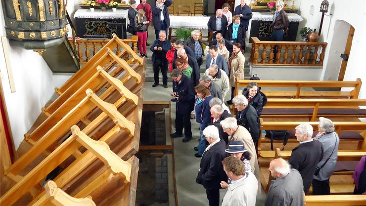 Mitglieder der Historischen Vereinigung Seetal in der Alten Kirche Oberschongau mit den hochgeklappten Kirchenbänken. tf