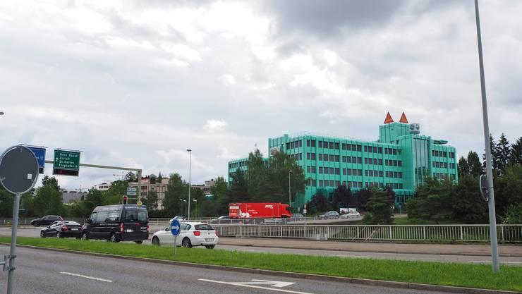 Das Hochhaus könnte sich links des türkisen Gebäudes zu den Wolken emporstrecken. «Urturm» heisst die Idee.