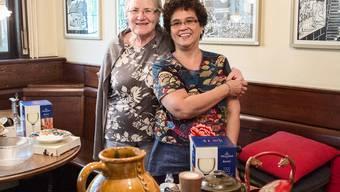 Mary Weidmann-Chee und ihre Freundin Vreni Heggli (l.) bieten das Restaurant-Inventar zum Verkauf an.