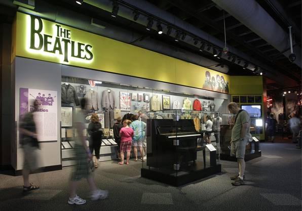 Besucher des Museums Rock and Roll Hall of Fame schauen sich die Beatles-Ausstellung an