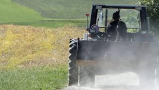 Ein Traktor prallt gegen ein Auto. (Symbolbild)