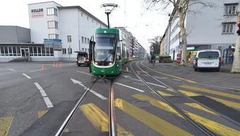 Am Montagmorgen wurde ein Velofahrer bei einer Kollision mit einem Tram der Linie 16 auf der Kreuzung Reinacherstrasse/Gundeldingerstrasse schwer verletzt.