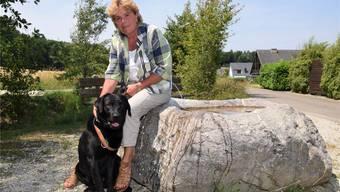 In der Natur tankt sie Energie und findet sie Ruhe: Regelmässig ist Doris Iten unterwegs auf Spaziergängen mit ihrem Labrador Pigniu. mhu