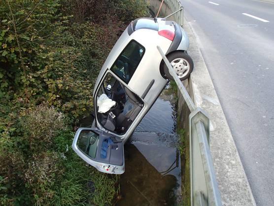 Eine 33-jährige Lenkerin hat am Samstagabend in Schmiedrued aus unbekannten Gründen ein Geländer durchbrochen und ist mit ihrem Auto in einem Bach gelandet.