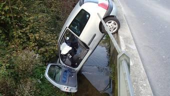 Auto durchbricht in Schmiedrued ein Geländer und landet im tieferliegenden Bach