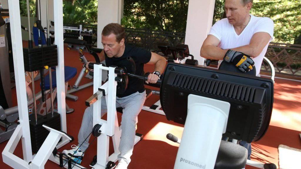 Russisches Muskelspiel an US-Geräten: Wladimir Putin Dmitri Medwedew.