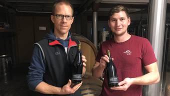 Kellermeister Thomas Engel und Stellvertreter Lukas Wiedmer mit dem Siebe Dupf Pinot Noir Barrique 2018.