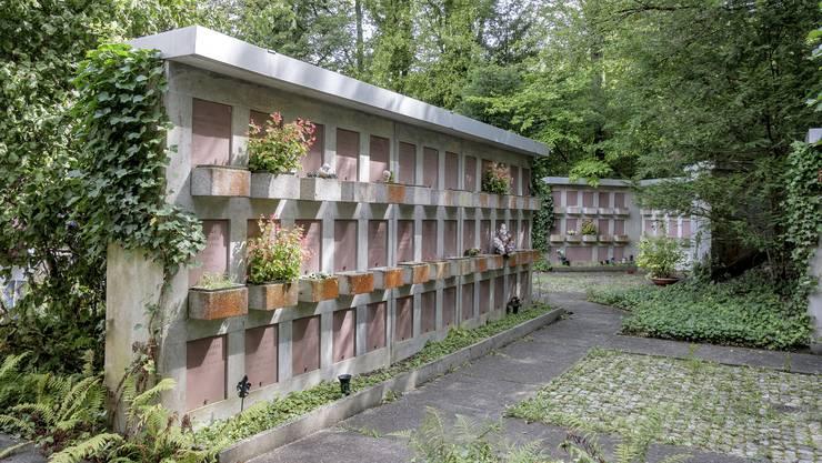 Ältere Urnengräber mit Charme der 60er und 70er.