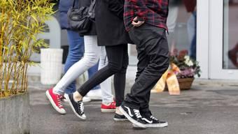 Auch wenn es schneit, behalten die Jungen ihre Sneakers an. (Symbolbild)