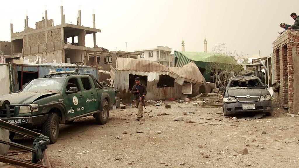 Sicherheitskräfte inspizieren den Ort des Anschlags in Herat. Foto: Hamed Sarfarazi/AP/dpa