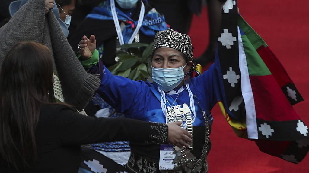 Elisa Loncon, indigene Vertreterin vom Volk der Mapuche, hebt ihre Arme, nachdem sie zur Präsidentin der Verfassungsgebenden Versammlung gewählt wurde. Foto: Esteban Felix/AP/dpa