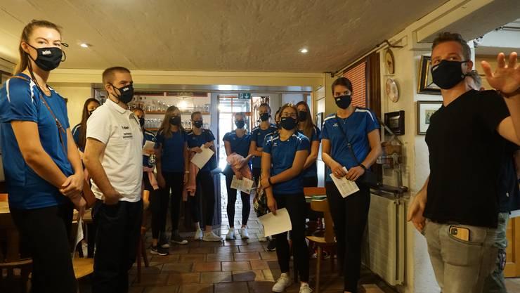 Die Spielerinnen von Sm'Aesch Pfeffingen waren am Donnerstag in Riehen bei Martin Schultheiss zu Besuch, der dort in einem alten Bauernhaus das Amsel Bier herstellt.