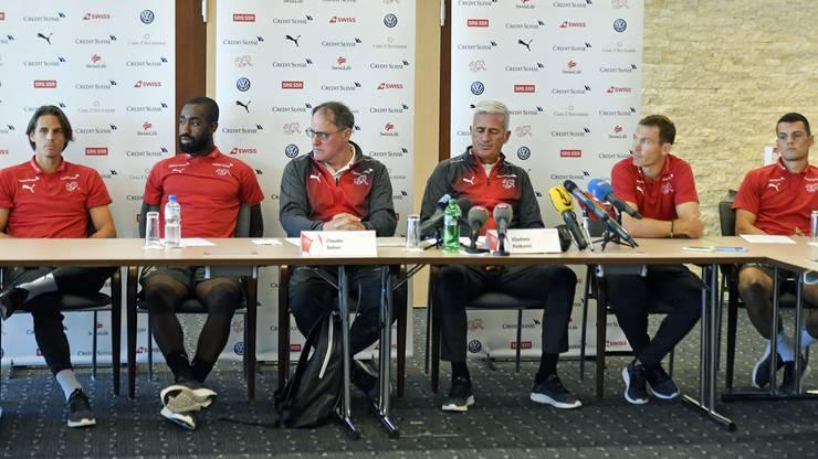 Schweizer Nati-Spieler an der Pressekonferenz.