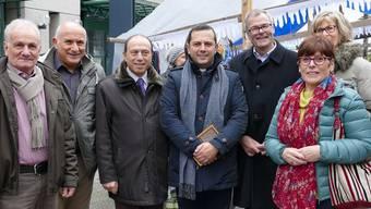 Vor vier Jahren besuchte der damalige Bürgermeister Pietro Putame (dritter von links) den Weihnachtsmarkt im Dietiker Zentrum. Auch Mario Pingitore (ganz links) und der damalige Stadtpräsident Otto Müller (rechts) waren mit dabei.