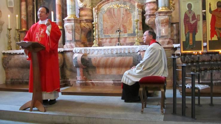 Diakon Ueli Hess und Pfarrer Wolfgang Kunicki an der Messe vor dem Sebastianaltar