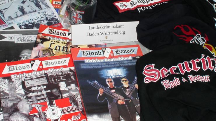 """""""Blood & Honour"""" als Organisatorin von Konzerten: Beschlagnahmtes Propagandamaterial. (Archiv)"""