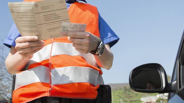 Drei Schweizer müssen bei der Kontrolle ihren Führerausweis abgeben. (Symbolbild)