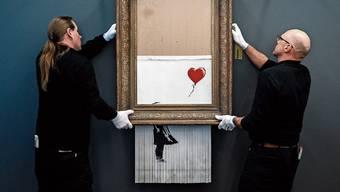 Banksy's «Love In The Bin» wurde noch im Auktionshaus verschreddert. Bild: Getty Images
