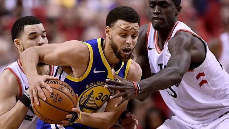 109:104-Sieg für die Warriors im zweiten Spiel: Golden State, hier mit Captain Stephen Curry am Ball, gleicht die NBA-Finalserie gegen Toronto wieder aus