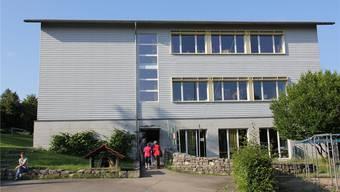 Alles unter einem Dach: Schule, Tagesstruktur und Mittagstisch. Im Sommer 2012 wurde die Schule mangels Schülern geschlossen.Archiv/CM