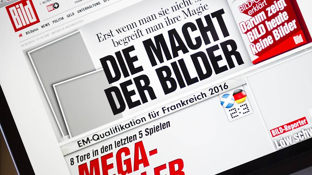 Die Überschrift dieser Bild-Ausgabe von 2015 - die die Wichtigkeit von Fotos im Journalismus zeigen sollte - stimmt auch aktuell: die Bild-Zeitung steigt mit einem eigenen TV-Sender ins Bewegtbild-Business ein. (Symbolbild)