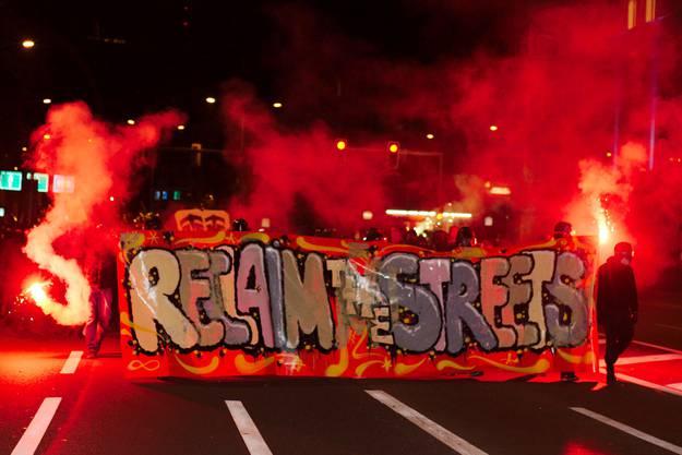 Transparent mit Schriftzug «Reclaim the Streets»